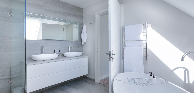 https://accubuildconstruction.co.uk/wp-content/uploads/2019/10/modern-minimalist-bathroom-3115450-1.jpg